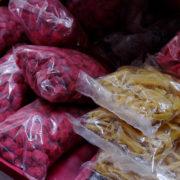 Kenya, Mombasa, Fruit de Baobab coloré à l'hibiscus (Bissap)= friandise pour les enfant