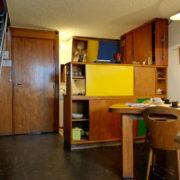 Le Corbusier, La maison radieuse de Rezé, L'appartement: cuisine, salle à manger et escalier montant