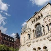 Face à l agare, la poste de Metz  inaugurée par l'empereur Guillaume II en mai 1911.Son style néo-roman et son grès rose des Vosges font partie du paysage messin.