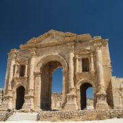 l'arc d'Hadrien (129-130 ap JC), marque l'entrée sud du site