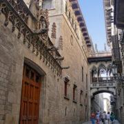 Barcelone, La carrer del Bisbe Irurita, ancien axe romain, relie les centres politique (Plaça Sant Jaume) et religieux (cathédrale)