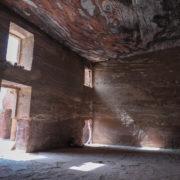 Tombeau de l'Urne: la chambre intérieure, transformée en église au V° siècle, est une des plus grande de Petra.