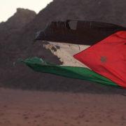Au campement bédouin. Drapeau Jordanien usé par le vent du désert.