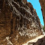 Trek vers le Petit Petra. Arrivée à Petit Petra  par un étroit défilé