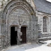 Porche de l'église de La Roche Maurice