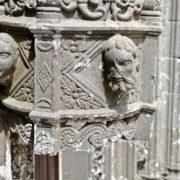 Détail porche de l'église de La Roche Maurice