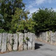 Rue des Mein-Zao, dans le bourg de Névez: la plus belle et la plus ancienne des clôtures en pierres debout.