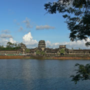 Vue générale d'Angkor Vat depuis l'extérieur des douves