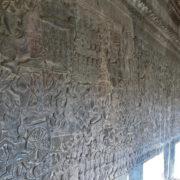 Le mur intérieur de la seconde galerie est orné d'un bas-relief narratif sur toute sa longueur