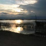 Sur la route de l'embarcadère au lever du jour