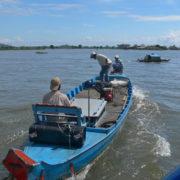 Parfois la vedette fait un arrêt et une barque à moteur s'approche pour emmener un passager