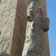 Karnac - Un des deux colosses encadrant le portail du second pylône, par lequel on accède à la salle hypostyle