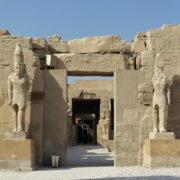 Karnac - A droite dans la premiere cour, le temple de Ramses III