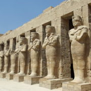 Karnac - le temple de Ramses III. Un véritable temple miniature avec son pylône , rangée de colosses, une cour à portique, une salle hypostyle et son triple sanctuaire pour recevoir les barques divines