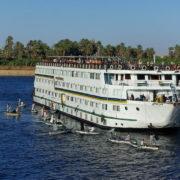 Les vendeurs de l'écluse d'Esna a l'assaut des bateaux qui attendent leur tour pour passer l'écluse