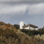 La chapelle Notre-Dame-du-Haut, construite sur la colline de Bourlémont à Ronchamp en Haute-Saône