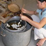 A l'atelier de soieries: Les cocons sont ébouillantés